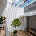 <p> Ngôi nhà trở thành một phần hữu cơ của môi trường, cùng với rất nhiều cây xanh trang trí các phòng.</p>