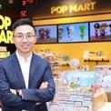 <p> Doanh nhân trẻ Wang Lin sáng lập công ty đồ chơi Pop Mart - doanh nghiệp đồ chơi lớn nhất Trung Quốc năm 2010 - khi mới 23 tuổi. Đến nay, đế chế đồ chơi của Wang có 200 cửa hàng và hơn 1.000 roboshop khắp đất nước. Pop Mart IPO trên Sàn giao dịch chứng khoán Hong Kong năm ngoái. Theo Forbes, Wang nắm giữ 6,3 tỷ USD. Ảnh: <em>21cdr.com</em></p>