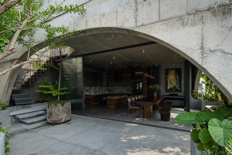 Nhà 6 tầng ngập cây xanh, yên bình giữa không gian phố chợ - Ảnh 2.
