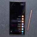 """<p class=""""Normal""""> <strong>Smartphone Android có bút cảm ứng tốt nhất - Samsung Galaxy Note20 Ultra</strong></p> <p class=""""Normal""""> Galaxy Note20 Ultra có kiểu dáng đẹp, tạo cảm giác sang trọng. Máy có hiệu suất cao và camera rất tốt. Riêng bút S Pen có nhiều cải tiến, phục vụ nhiều hơn trong công việc lẫn giải trí. Máy còn có màn hình AMOLED 6,9 inch khá lớn và đẹp.</p> <p class=""""Normal""""> Galaxy Note20 Ultra có giá khá cao, từ 18,5 triệu đồng. Kích thước lớn của máy cũng là hạn chế với những người có bàn tay nhỏ. Thời lượng pin smartphone này ở mức 4.500 mAh, không quá cao đối với một smartphone màn hình lớn.</p>"""