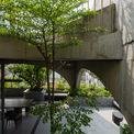 """<p> <span style=""""color:rgb(0,0,0);"""">Các tầng khác, chủ nhà muốn có sự khác biệt so với không gian bên ngoài nên công ty kiến trúc H2 đã tạo mảng che bằng cây xanh kết hợp tường thông gió được làm bằng khung sắt và ván xi măng.</span></p>"""