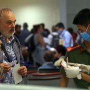 Đề xuất cách ly 7 ngày với người nhập cảnh có 'hộ chiếu vaccine'