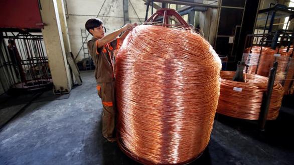 Công nhân dán nhãn cuộn đồng ở một nhà máy cáp thuộc tỉnh Hải Dương, Việt Nam (ảnh chụp tháng 11-2017) - Ảnh: REUTERS