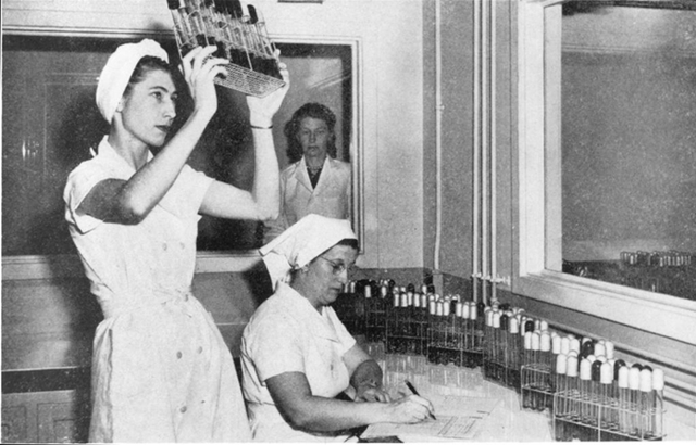 Hoạt động sản xuất của Pfizer những năm 1940. Ảnh: Pfizer.
