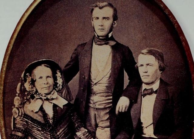 Bà Wilhelmine Klotz Erhart, cùng con trai là Charles Erhart và cháu trai Charles Pfizer đang đứng chụp năm 1855. Ảnh: The Legend of Pfizer