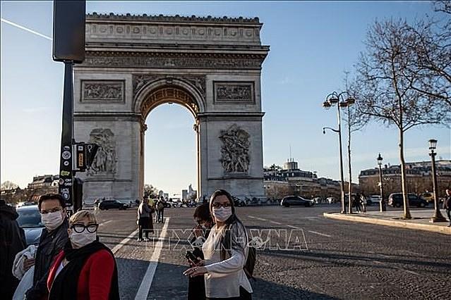 Người dân đeo khẩu trang phòng tránh lây nhiễm COVID-19 tại Paris, Pháp. Ảnh: THX/TTXVN