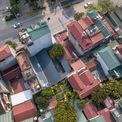 <p> Công ty kiến trúc NNA+ bắt đầu xây dựng công trình với những kỷ niệm còn sót lại về ngôi nhà của một người bạn trên mảnh đất này - Sơn La. Đó là căn nhà nhỏ của một ngôi làng trên sườn đồi. Khi đó, những ngôi nhà còn thưa thớt, mái thấp, hiện ra lấp ló qua những tán cây che mát làng.</p>