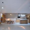 """<p class=""""Normal""""> Hai bên hông của ngôi nhà được thiết kế nhỏ hơn làm không gian riêng tư để nghỉ ngơi nhằm tập trung năng lượng hoạt động cho không gian chung. Mỗi không gian đều được kết nối với sân vườn chung nhưng vẫn đảm bảo sự riêng tư.</p>"""
