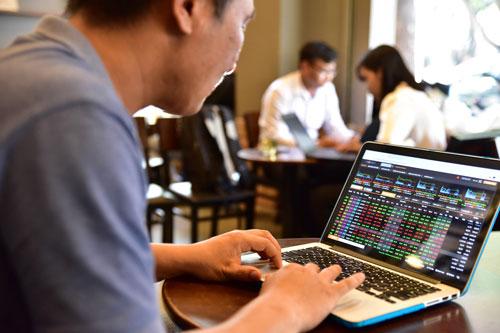 Các nhà đầu tư vừa trải qua một tuần giao dịch nhiều biến động Ảnh: HOÀNG TRIỀU