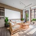 <p> Nhà nằm trong hẻm nhỏ, khoảng cách với nhà đối diện rất ngắn nên hệ thống lam che nắng giúp nhà lấy sáng, gió nhưng vẫn riêng tư, không bị làm phiền.</p>