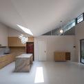 <p> Các mái nhà hình chữ V với điểm thấp nhất ở giữa phân chia ngôi nhà thành không gian ở và không gian phụ.</p>