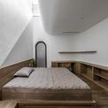 """<p class=""""Normal""""> Phòng ngủ được thiết kế ô thông tầng để gia chủ có thể ngắm nhìn bầu trời, thư giãn trước khi chìm vào giấc ngủ. Ánh nắng sớm sẽ đánh thức bạn thay vì báo thức bằng điện thoại.</p>"""