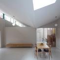<p> Phần mái được thiết kế mở ra bên ngoài và được tính toán kỹ lưỡng để khéo léo đón ánh sáng tự nhiên vào nhà vào những buổi chiều muộn khi cường độ ánh sáng đã giảm.</p>