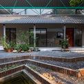 <p> Ngôi nhà là một điểm khởi đầu với những suy nghĩ về việc phát triển đô thị tác động đến thiên nhiên. Do đó, các kiến trúc sư mong muốn một nửa diện tích đất dành cho xây dựng và phần còn lại dành cho các yếu tố tự nhiên.</p>