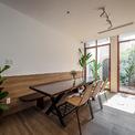 """<p> <span style=""""color:rgb(0,0,0);"""">Khoảng sân và cây xanh gắn liền với không gian bếp, phòng ăn giúp bạn thư thái hơn khi dùng bữa một mình.</span></p>"""