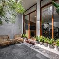 <p> Phòng khách với mảng kính lớn và cây xanh xung quanh, giúp giải phóng tầm nhìn và tạo sự thoải mái khi sống trong không gian nhỏ.</p>