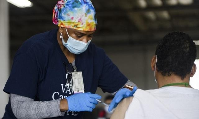Y tá Mỹ tiêm vaccine Covid-19 cho người dân tại cơ sở tiêm chủng ở California hôm 17/4. Ảnh: AFP.