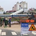<p> Điểm cuối dự án giao với ga Phú Thụy, cạnh quốc lộ 5 đang được công nhân tập kết nhiều máy móc đường ống thoát nước.</p>