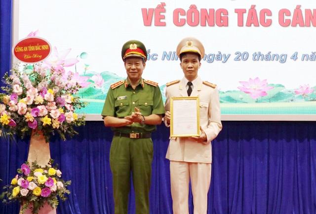 Thượng tướng Lê Quý Vương trao quyết định bổ nhiệm đại tá Bùi Duy Hưng. Ảnh: Cổng thông tin điện tử Bắc Ninh