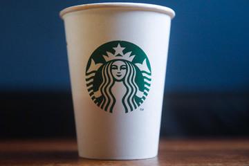 Nghệ thuật 'thao túng tâm lý người tiêu dùng' lý giải vì sao một chiếc ly Starbucks có thể được bán với giá 20 triệu đồng