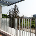 <p> Các vách ngăn cách nhiệt chèn kín khung bê tông và giúp giảm thiểu sự truyền nhiệt. Gỗ cứng nhiệt đới được sử dụng để làm cửa trượt và cửa có mái che, đồ nội thất và các tấm chắn có thể điều chỉnh bằng gỗ.</p>