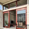 <p> Ngôi nhà được David Rockwood Architect thiết kế với khối hộp đơn giản, sử dụng công trình xây dựng tiêu chuẩn địa phương - khung bê tông cốt thép với khối xây đúc sẵn, kích thước nhỏ, sử dụng không gian hiệu quả và đảm bảo giá cả phải chăng.</p>