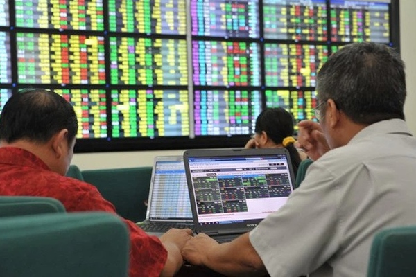 """Nhà đầu tư đang để sẵn 65.000 tỷ đồng """"nằm chờ"""" tại các công ty chứng khoán vào cuối quý I"""