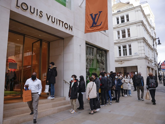 Louis Vuitton hợp tác với các nhãn hiệu xa xỉ khác trong dự án Aura Blockchain để chống lại hàng giả.