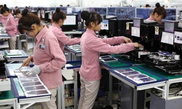 Công nhân làm việc ở nhà máy Samsung tại Việt Nam.
