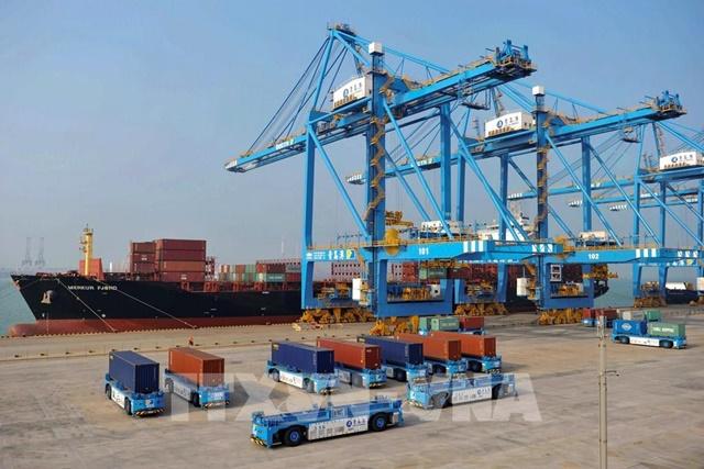 Vận chuyển hàng hóa tại cảng ở thành phố Thanh Đảo, tỉnh Sơn Đông, Trung Quốc. Ảnh: AFP/TTXVN