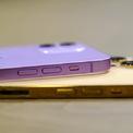 <p> Viền nhôm tím của iPhone 12 đậm hơn mặt lưng. Cấu hình máy không thay đổi so với những màu khác, với màn hình OLED 5,4 inch (iPhone 12 mini) hoặc 6,1 inch (iPhone 12), chip xử lý A14 Bionic, 2 camera sau, sạc không dây MagSafe và hỗ trợ mạng 5G. Ảnh: <em>Engadget.</em></p>