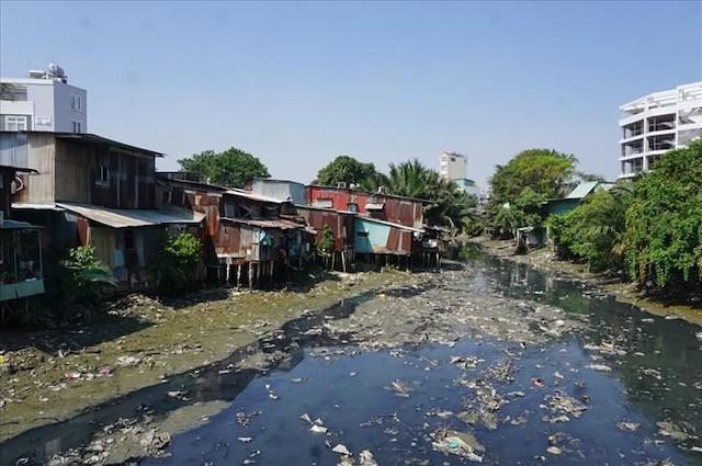 Rạch Xuyên Tâm đang bị cơi nới, lấn chiếm và ô nhiễm nghiêm trọng do rác thải bị ném bừa bãi xuống rạch, cản trở khả năng tiêu thoát nước.