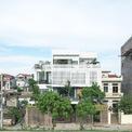"""<p> Yên Nghĩa Housing sử dụng thủ thuật """"mượn không gian"""" để ngắm hoàng hôn phía trước trên sườn đê, tái hiện những nét văn hóa quen thuộc của ngôi nhà đồng bằng Bắc Bộ bằng ngôn ngữ thiết kế hiện đại.</p>"""