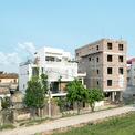 <p> Tọa lạc ngay chân đê sông Đáy, Yên Nghĩa Housing mở tầm nhìn 40 độ ra trục đường chính trên dốc đê với 3 mặt đường hạ thấp xuống mặt bằng công trình, vị trí khu đất khá đặc biệt: mặt tiền hướng Tây, trông ra đê.</p>
