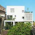 <p> AICC Architecture đã chia không gian chức năng ngôi nhà thành 4 khối chính và 4 tầng, được thiết kế đan xen các khối kiên cố tạo khoảng trống bao quanh bằng các vật liệu thông gió tạo sự kết nối, đưa nắng gió vào công trình.</p>