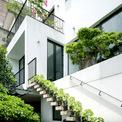 <p> Để đảm bảo sự riêng tư cũng như tránh khói bụi từ môi trường, kiến trúc sư đã xây tường rào cao như chân tường của ngôi nhà, sử dụng vật liệu và kỹ thuật gạch đỏ thô tạo không gian thoáng đãng để thông gió và lấy ánh sáng tự nhiên</p>