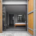 """<p class=""""Normal""""> Chủ nhân muốn có một không gian thoáng mát và các phòng ngủ hướng vườn nhưng vẫn đảm bảo sự riêng tư và an ninh.<span>Với yêu cầu này, đầu tiên, nhóm kiến trúc sư đã phát triển một hình thức thiết kế kiến trúc đơn giản nhưng mạnh mẽ cho khu vườn trước nhà.</span></p>"""