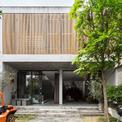 <p> Ngôi nhà tọa lạc tại một khu dân cư ngoại thành Hà Nội, thuộc sở hữu của một chủ xưởng bê tông tại Việt Nam. Nhóm thiết kế 365 Design bắt đầu dự án với tầm nhìn rằng sẽ có những ngôi nhà khác ở hai bên khu đất.</p>