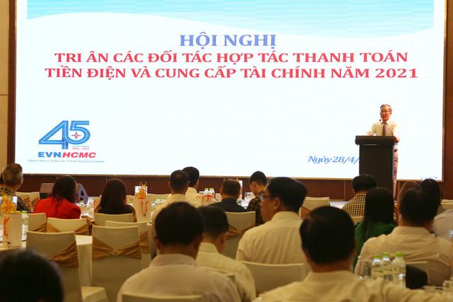 Ông Bùi Trung Kiên, Phó Tổng giám đốc EVNHCMC, trao đổi với các khách mời tại hội nghị
