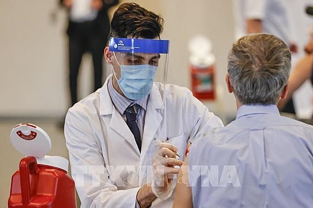 Nhân viên y tế tiêm vaccine ngừa Covid-19 của Hãng Johnson & Johnson cho người dân tại Chicago, bang Illinois (Mỹ) ngày 6/4. Ảnh: AFP/TTXVN