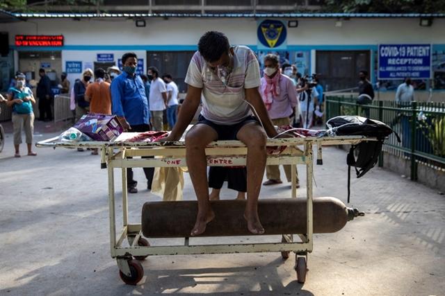 Người dân và các bệnh viện Ấn Độ lao đao vì Covid-19. Ảnh: Reuters.