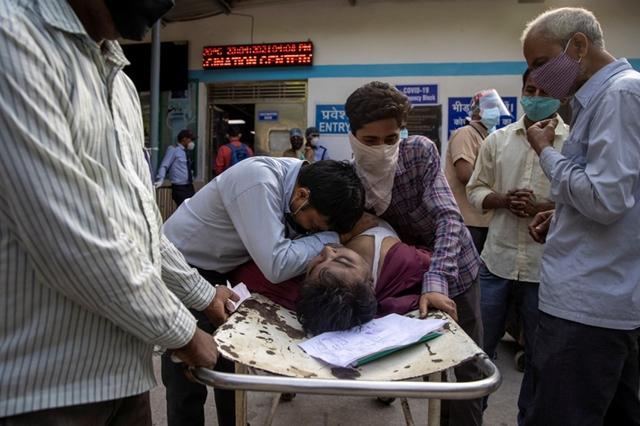 Ấn Độ lao đao trong làn sóng lây nhiễm thứ hai. Ảnh: Reuters.