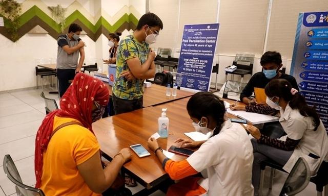 Người dân đăng ký tiêm chủng vaccine Covid-19 tại Ahmedabad, Ấn Độ, hôm 1/5. Ảnh: Reuters