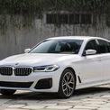 """<p class=""""Normal""""> <strong>BMW Series 5 2021</strong></p> <p class=""""Normal""""> BMW giới thiệu Series 5 bản nâng cấp giữa chu kỳ, với ba phiên bản: 520i Luxury Line (xanh) giá 2,499 tỷ đồng, 520i M-Sport (trắng) 2,969 tỷ đồng và 530i M-Sport (xám) giá 3,289 tỷ đồng.</p> <p class=""""Normal""""> BMW trang bị cho series 5 2021 động cơ 2.0 tăng áp kép mới, thay cho động cơ 1.6. Hai bản 520i có công suất 184 mã lực, mô-men xoắn cực đại 290 Nm. Bản 530i công suất 252 mã lực, mô-men xoắn cực đại 350 Nm. Cả 3 lắp hộp số tự động 8 cấp Steptronic, dẫn động cầu sau.</p> <p class=""""Normal""""> Series 5 2021 nâng cấp nhẹ thiết kế từ trong ra ngoài, bổ sung công nghệ. Xe cạnh tranh với các đối thủ: Mercedes E-class, Lexus ES, Volvo S90. (Ảnh: <em>BMW</em>)</p>"""