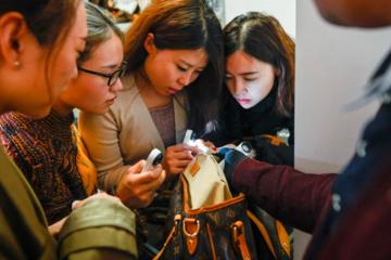 Trường học phân biệt thật - giả giữa thị trường hàng nhái lớn nhất thế giới Trung Quốc