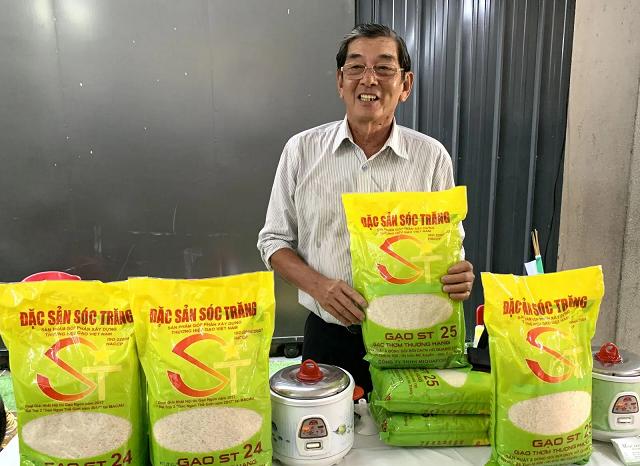 Anh hùng lao động Hồ Quang Cua và sản phẩm gạo ST25 do ông lai tạo và phát triển.