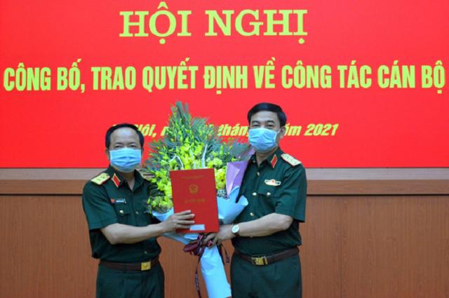 Thượng tướng Phan Văn Giang (bên phải) trao quyết định bổ nhiệm cho Trung tướng Trịnh Văn Quyết
