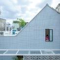 """<p class=""""Normal""""> Ngôi nhà được sửa chữa lại từ một công trình cũ, nằm khiêm tốn dọc theo con hẻm Sài Gòn. Địa điểm tự giới hạn ở độ sâu 2,5 m và chiều rộng 6,5 m. Các kiến trúc sư của Khuon Studio đã thiết kế lại căn nhà theo mong muốn từ chủ nhân.</p>"""