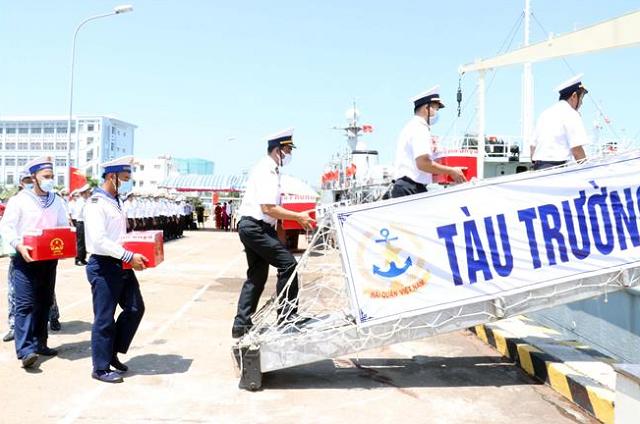 Đưa các hòm phiếu lên tàu thực hiện công tác bầu cử sớm trên biển.
