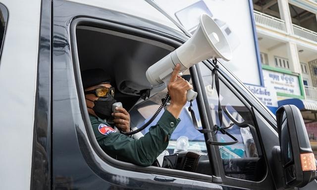 """Cảnh sát quân sự tuần tra """"khu đỏ"""" để đảm bảo người dân tuân thủ các biện pháp phòng dịch ở Phnom Penh ngày 23/4. Ảnh: Reuters."""